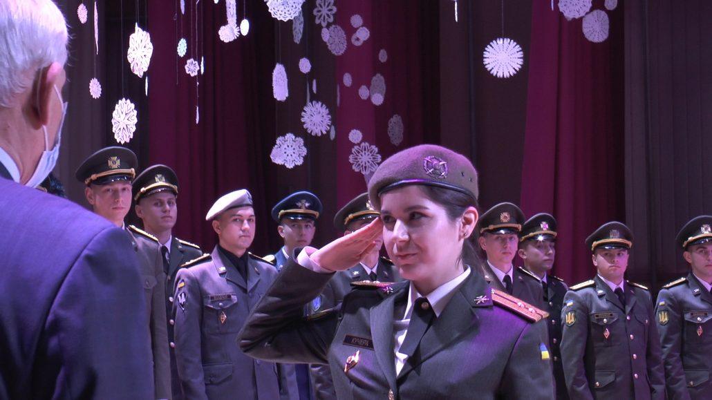 Жінка-офіцер складає присягу