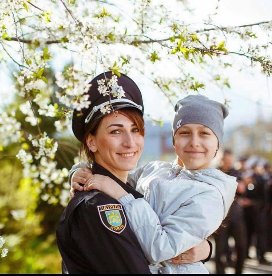 Оксана Санагурська, офіцерка поліції, з донькою