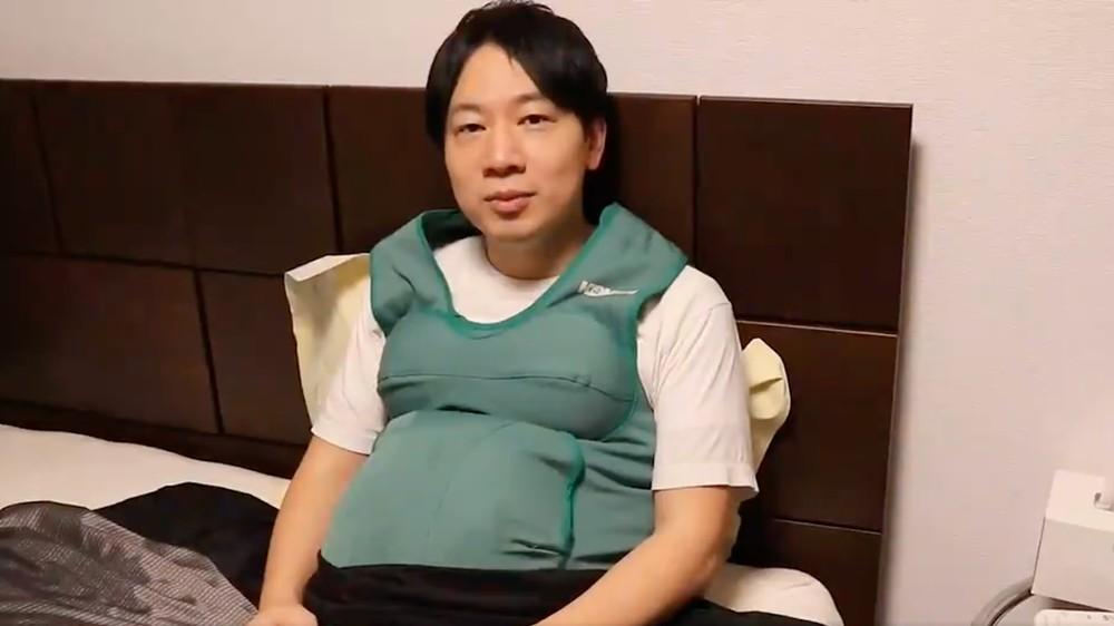 """Японський політик із 7-кілограмовим """"вагітним животом"""""""