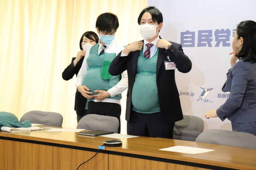 Японські політики вирішили два дні носити 7-кілограмові «вагітні животи», щоб показати чиновникам, із якими проблемами стикаються вагітні жінки