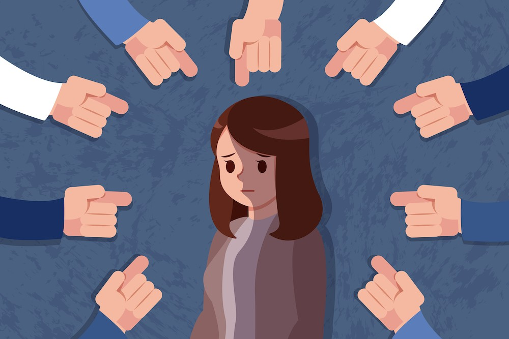 Дівчина, що пережила сексуальне насилля, нікому не розповіла про це, бо боялася осуду