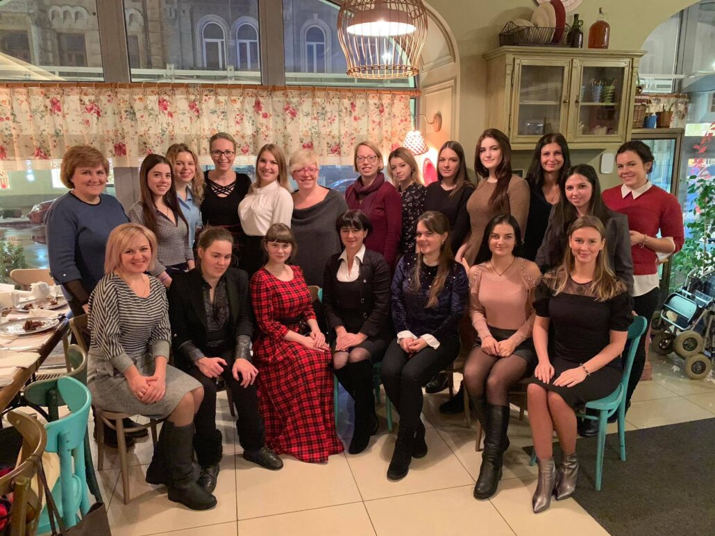 Олександра Голуб із учасницями Академії дівочого лідертсва Grow UP та експертками  Офісу Ради Європи, неформальне спілкування