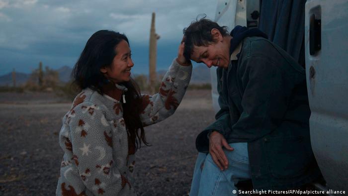 Актриса Френсіс Макдорманд і режисерка Хлої Чжао під час зйомок фільму «Земля кочівників» (Оскар-2021)