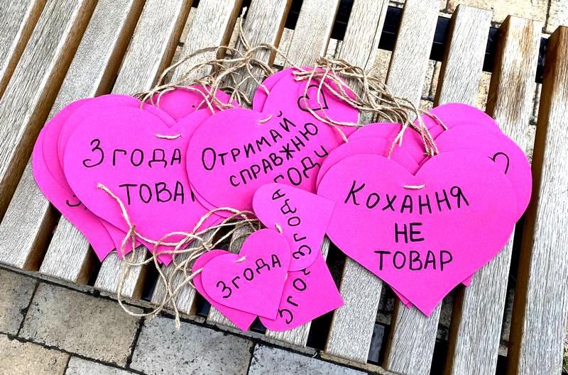 Міст закоханих, Київ, 28 червня 2021 року. Флешмоб про згоду на секс до 25-ї річниці Конституції України