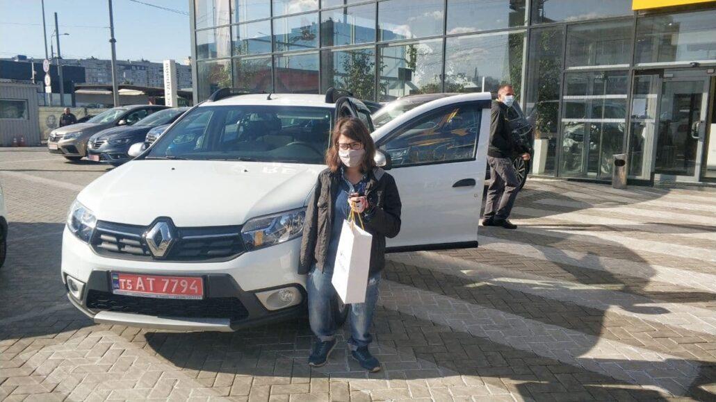 """Олена Куц стоіїть біля автомобіля, який для неї придбала ГО """"Еммаус"""""""