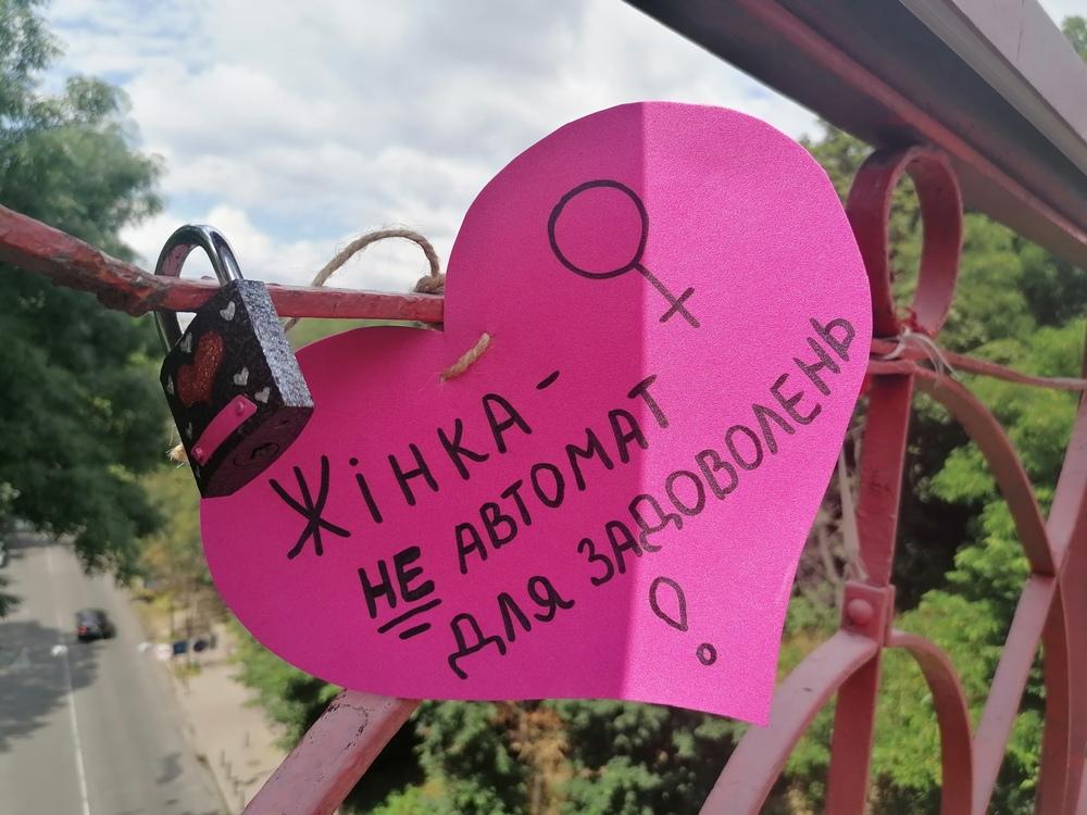 Міст кохання, Київ, 28 червня 2021 року. Флешмоб про згоду на секс до 25-ї річниці Конституції України