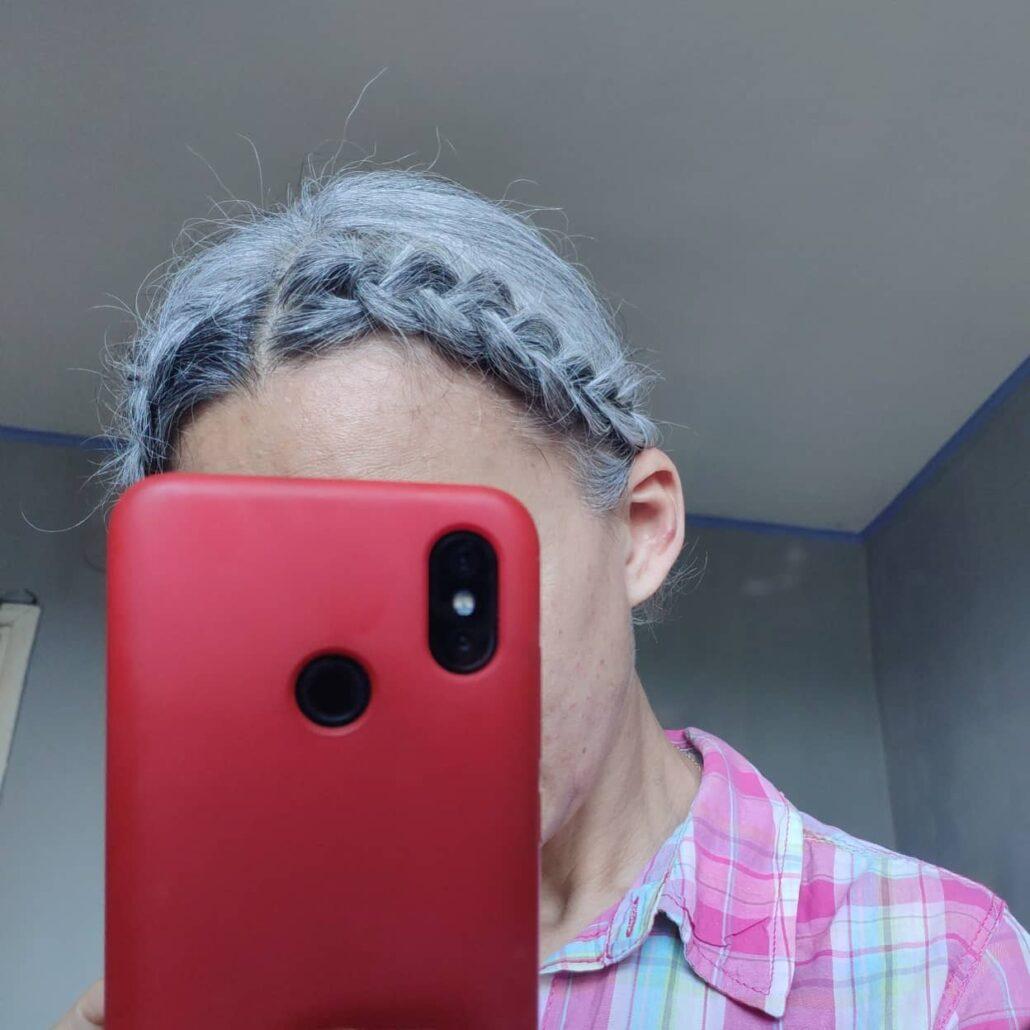 Жінка із сивим волоссям