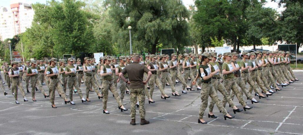 Тренування курсанток, які готуються до параду до Дня Незалежності
